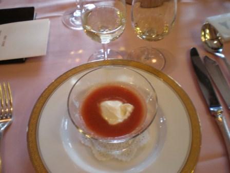 明野産トマトのスープ カブのムースをうかべて